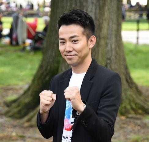 ニューヨークでの初仕事を前に意気込むお笑いコンビ「ピース」の綾部祐二さん=14日、アメリカ・ニューヨークのセントラルパーク