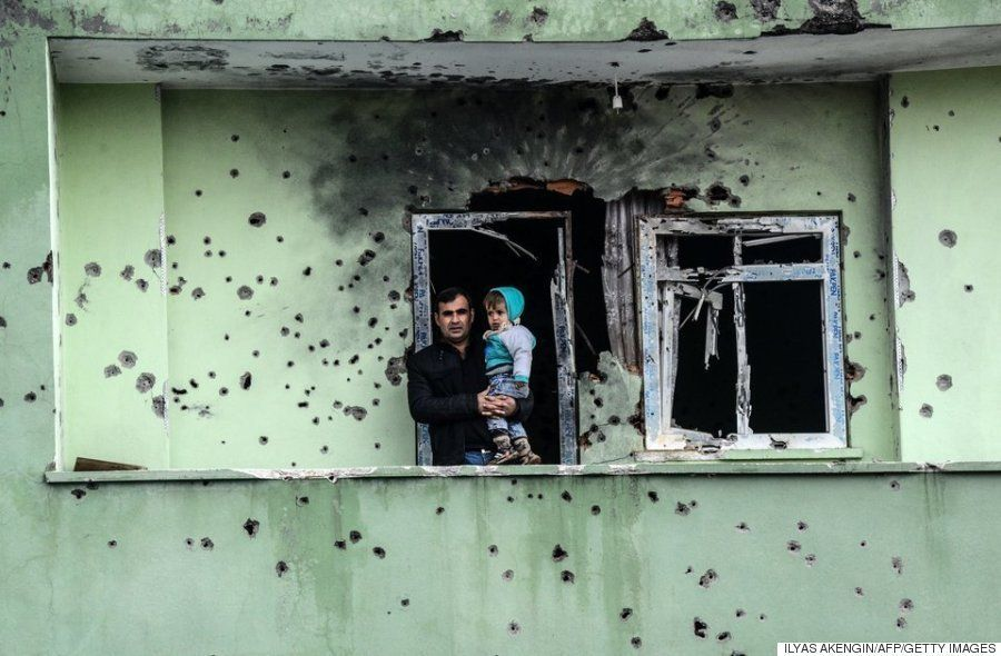 ガレキの山になったトルコの街。政府軍とクルド人武装勢力の戦闘が激化