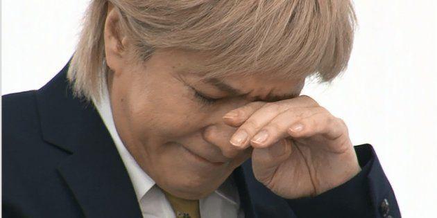 記者会見で引退を表明し、涙を流す音楽プロデューサーの小室哲哉さん=19日、東京都港区