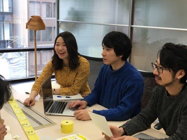 写真左から大和田さん、中島さん、三冨さん。ミーティングでは賑やかに意見を交わす