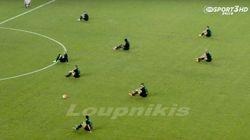 試合開始直後、プロのサッカー選手たちが突然座り込んだ。その理由は...(動画)