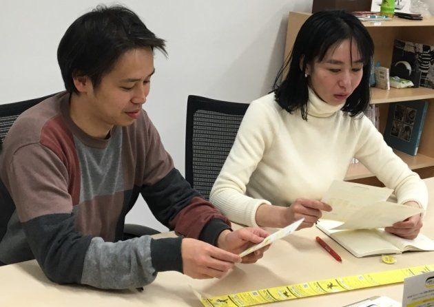 クラウドファンディングの目標達成に向けて対策を練る坂本さん(左)と山根さん