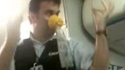 男性CAが救命装置の説明してるんだがノリノリすぎて吹く(動画)