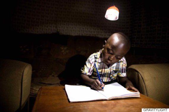 途上国の家庭照明は灯油を使う。しかし、「グラビティ・ライト」が変えた