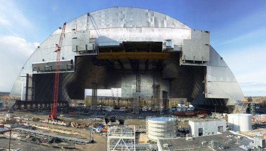 チェルノブイリ原発、石棺ごと封印する巨大シェルターの移設工事始まる(画像)