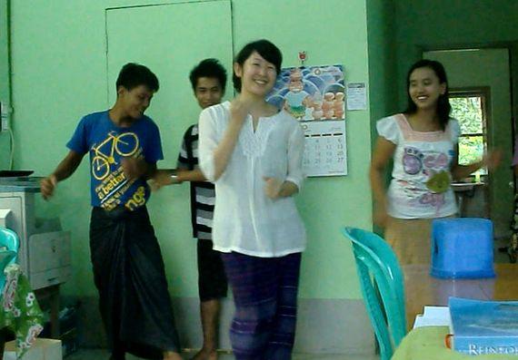 ミャンマーで「恋チュン」ダンスを 普段と違う素顔、チームビルディングの一歩に