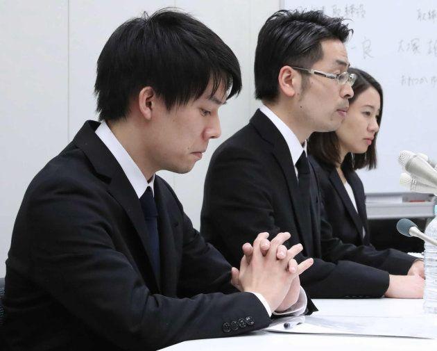 記者会見する仮想通貨取引所大手、コインチェックの和田晃一良社長(左)ら=26日夜、東京都中央区