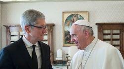 ローマ法王がプレゼント交換したのは、アップルのティム・クックCEOだった