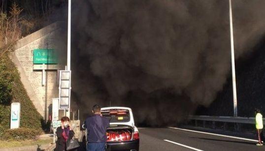 【動画・画像】山陽道で多重事故・トンネル火災 2人死亡、69人負傷(UPDATE)