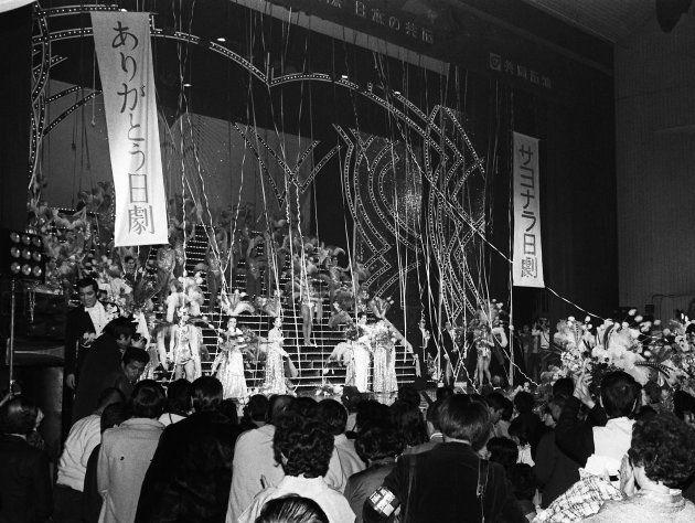 日本劇場最終公演のフィナーレで客席は総立ちになり、出演者と一緒に別れを惜しんだ(東京・千代田区有楽町) 撮影日:1981年02月15日