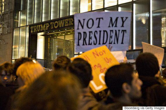 マイケル・ムーアも参加、NYで「反トランプ」デモに1万人 全米10都市以上に拡大