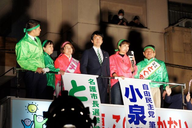 投開票日前の最後の応援で、渡具知武豊氏(右から1人目)の街頭演説に駆けつけた小泉進次郎氏(中央)=2月3日午後7時ごろ、名護市役所前
