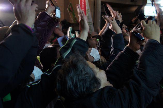 壇上の小泉進次郎氏に「こっち向いて」と声を張り上げる渡具知氏の支持者ら=2月3日午後7時ごろ、名護市役所前の渡具知陣営街頭演説