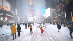 大雪のニューヨークをスノーボードで滑り抜けたら...(動画)