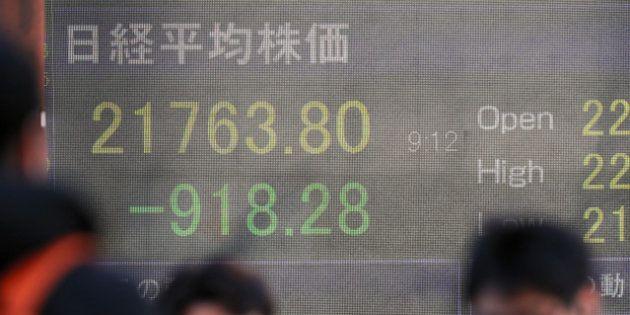 米国株価の急落を受けて、日経平均株価も大幅に値下がりした=6日午前9時12分、東京都中央区、池田良撮影