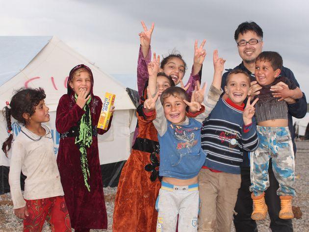 佐藤さんとイラクの子どもたち(提供)