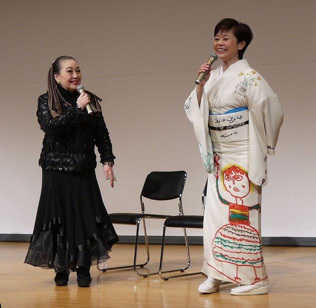 サブリーンの絵を着物にした神野美伽さんと湯川れい子さん