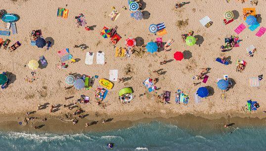 アドリア海のビーチパラソルを上空から見ると、無機質な美しさに目を奪われる(画像)