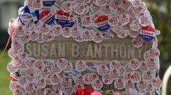 【アメリカ大統領選】「投票したよ」女性たちが続々と集まっているお墓がある