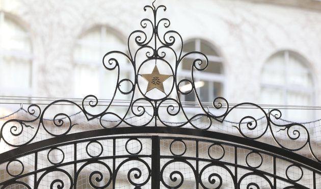 中央区立泰明小学校の門の校章