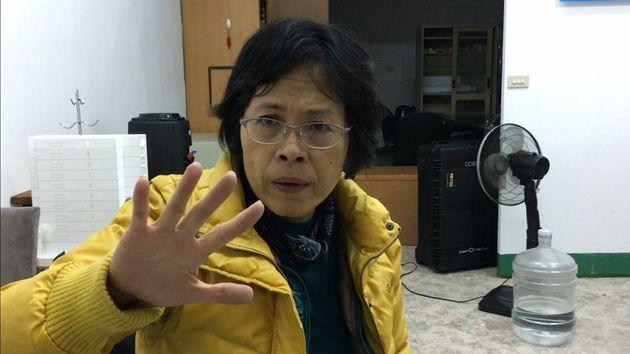 地震の様子について話す余曼林さん=2月8日午前1時ごろ、花蓮市