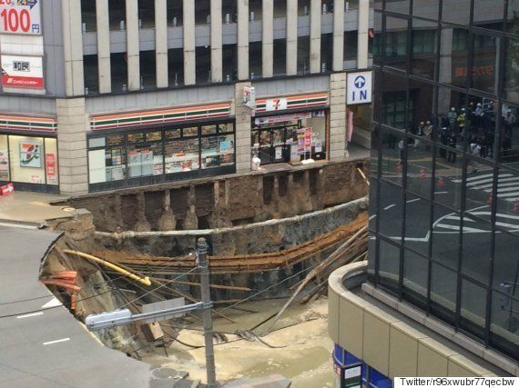 【博多駅前の陥没事故】店の前が断崖絶壁となったセブンイレブン、店員の安否は?