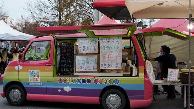 無料の焼きそばなどを提供するフードトラック=2月9日午後5時ごろ、花蓮市