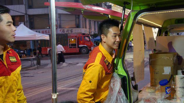焼きそばをもらいに来た救急隊員=2月9日午後6時ごろ、花蓮市