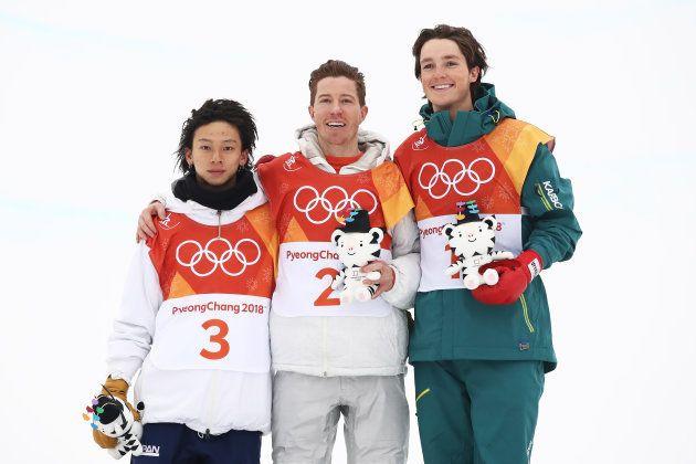 表彰台に立った平野歩夢、ショーン・ホワイト(アメリカ)、銅メダルのスコッティ・ジェームズ(オーストラリア)