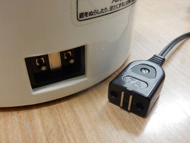 パソコンの電源供給口。ポットのマグネット式コンセントがそのまま転用されている