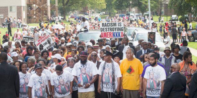黒人少年射殺事件から1年、ファーガソンで追悼集会 地元警察は対話路線に