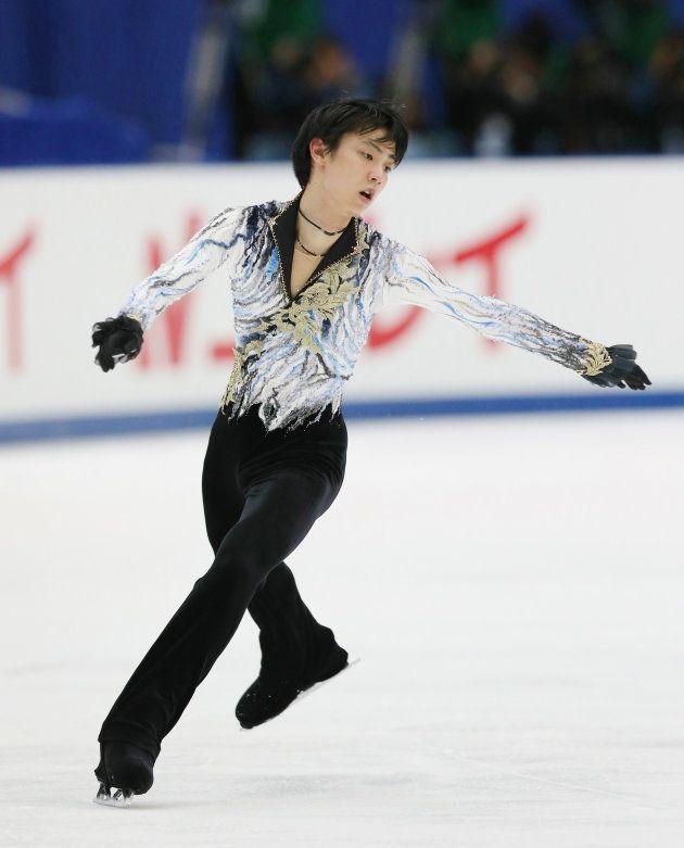 フィギュアスケート男子フリーでジャンプする羽生結弦(ANA)=2014年12月27日、長野市のビッグハット
