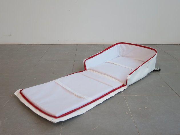 防災マザーズバッグを広げてベッドにしたところ(三島さん提供)