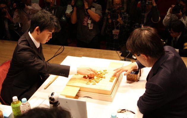 対局前に駒を並べる藤井五段(左)と羽生竜王
