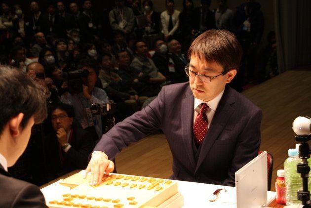 藤井聡太五段、羽生竜王と公式初対戦。対局開始を告げられ手に取ったのは「アレ」だった【UPDATE】