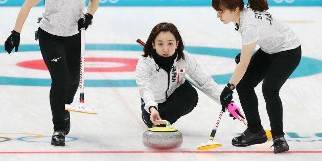 カーリング女子1次リーグ・ロシアからの五輪選手(OAR)対日本。第8エンド、ストーンを投じる藤沢五月選手(中央)。右は鈴木夕湖選手、左は吉田夕梨花選手=2月17日、韓国・江陵