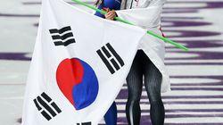 金メダル・小平奈緒は、涙するライバル李相花を抱きしめた。韓国でも感動の嵐