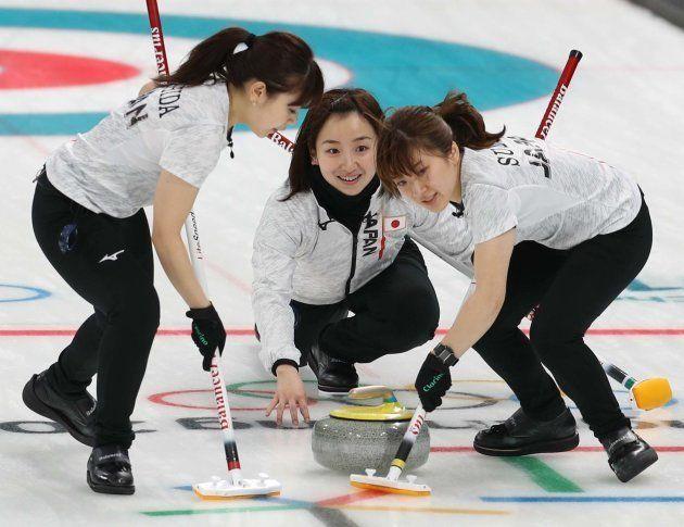 カーリング女子1次リーグ・ロシアからの五輪選手(OAR)対日本。第9エンド、ストーンを投じる藤沢五月選手(中央)。右は鈴木夕湖選手、左は吉田夕梨花選手=2月17日、韓国・江陵