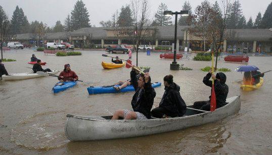 嵐で街中が水びたしのカリフォルニア州、駐車場でカヤックを漕ぐ人が続出【画像】