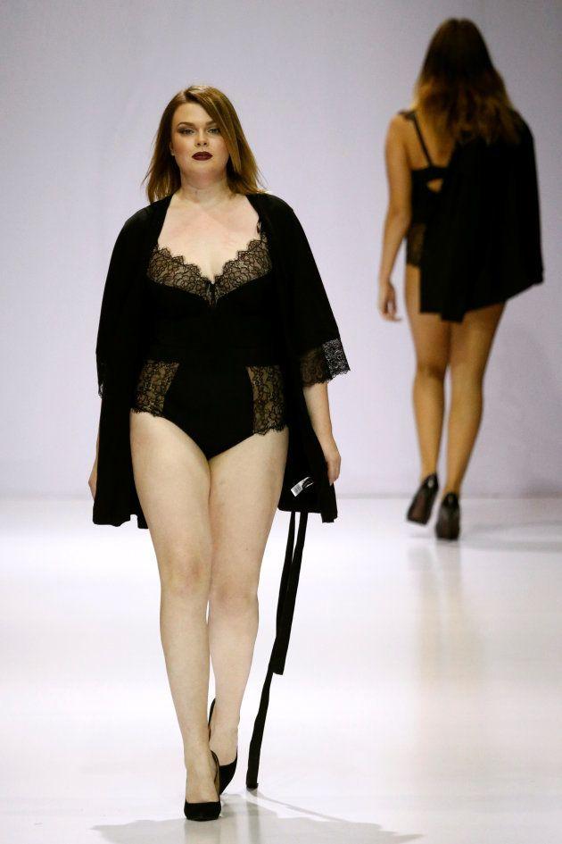 モスクワのファッションウィークで登場したプラスサイズのモデル=2016年10月、モスクワ