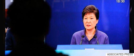 ショベルカー、韓国の最高検察庁に突っ込む