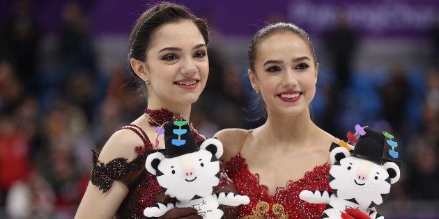 フィギュアスケート女子で金メダルに輝いたザギトワ選手(右)と銀メダルのメドベージェワ選手