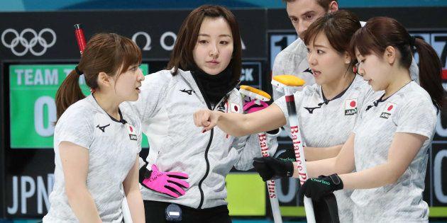 カーリング女子の準決勝で韓国と対戦する日本の選手ら=2月23日、韓国・江陵
