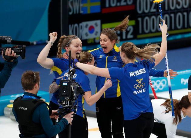 優勝が決まって喜ぶスウェーデン選手ら=2月25日