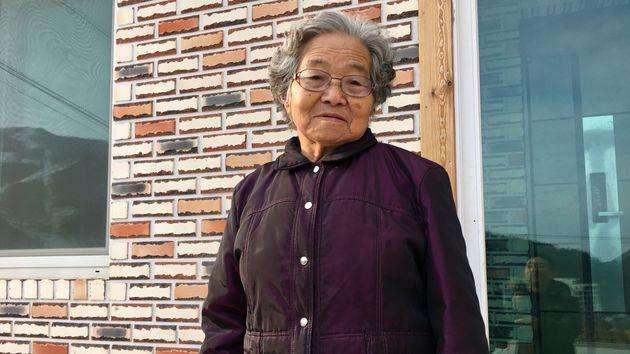 17年秋に引っ越してきた新居で「18年の正月と旧正月を迎えた」と話すムン・ヨンファさん=2018年2月19日、韓国・チョンソン郡