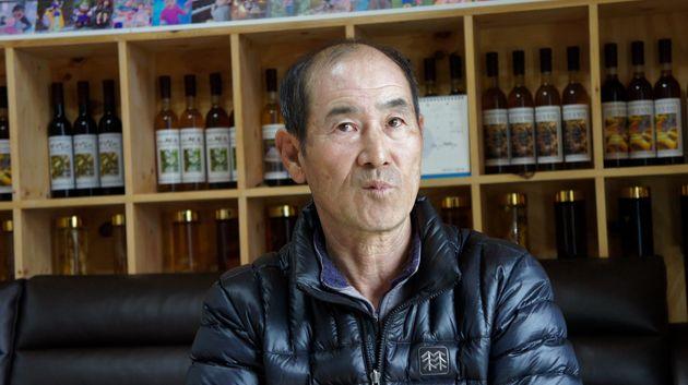 新しい自宅で心境を話すオム・イクマンさん=2018年2月19日、韓国・チョンソン郡