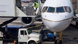飛行機の荷物係が貨物室に閉じ込められた状態で1時間半フライトする