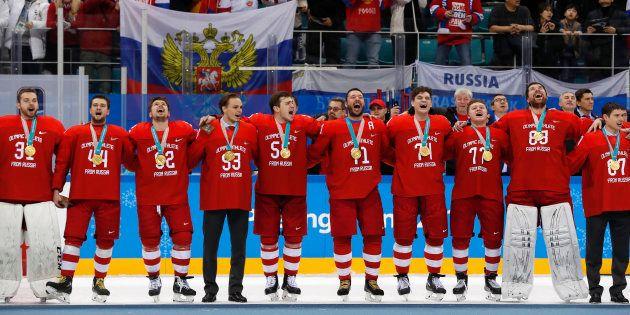 メダル授与式で自国の国歌を歌うロシア人のアイスホッケー選手ら=2月25日
