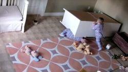 2歳の赤ちゃん、タンスの下敷きになった双子の兄弟を救う(動画)