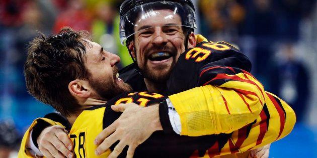 優勝候補のカナダを下し、喜ぶアイスホッケーのドイツチームの選手ら=2月23日